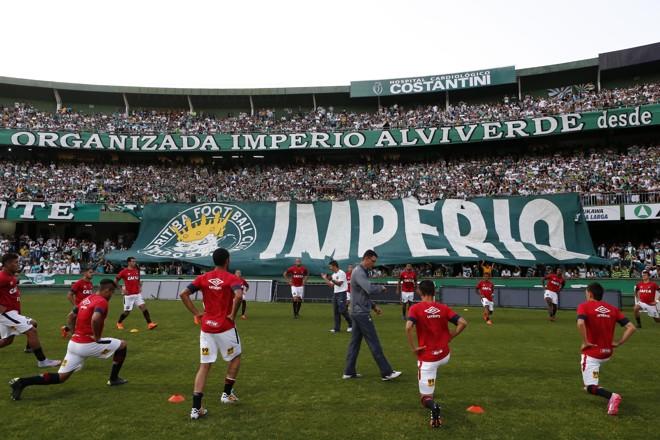 Jogadores do Atlético fazem aquecimento perto da torcida do Coritiba. | Albari Rosa/Gazeta do Povo