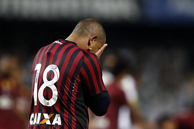 Walter se machucou logo após perder um gol feito. | Albari Rosa/Gazeta do Povo