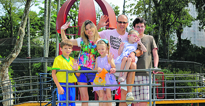 Shirley Ordônio, idealizadora do projeto, com o marido e os quatro filhos. | Pedro Serapio/Gazeta do Povo