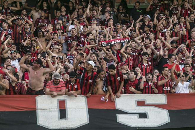 Torcida do Atlético lotou o espaço destinado aos visitantes no Couto Pereira. | Marcelo Andrade/Gazeta do Povo