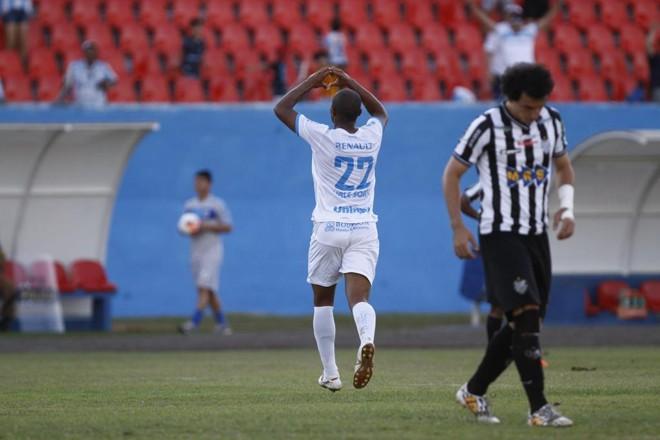 Quirino comemora um dos gols do LEC diante do Tupi.   Roberto Custodio/Jornal de Londrina