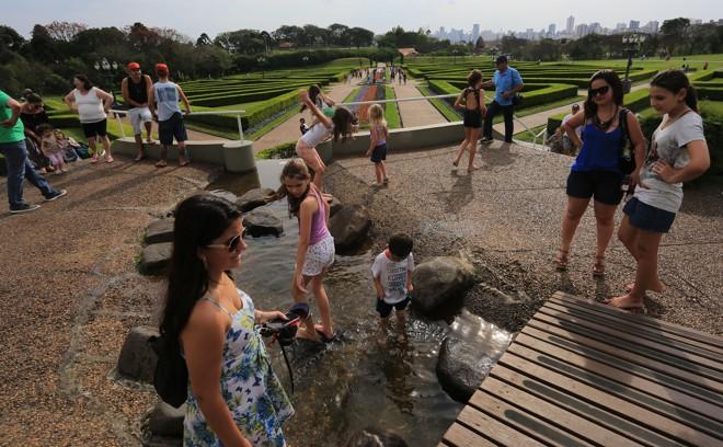 Domingo ensolarado  também  em Curitiba fez muita gente passear em parques, como o Jardim Botânico. | Pedro Serapio/Gazeta do Povo