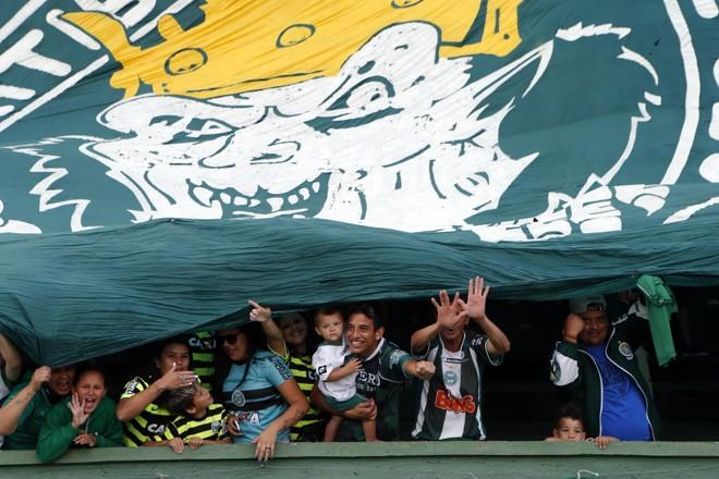 Torcedores do Coritiba abaixo do bandeirão da torcida organizada do Coritiba. | Albari Rosa/Gazeta do Povo