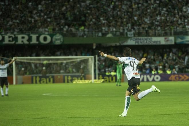 Foi o oitavo gol de Henrique Almeida pelo Coritiba neste Brasileirão. | Marcelo Andrade/Gazeta do Povo