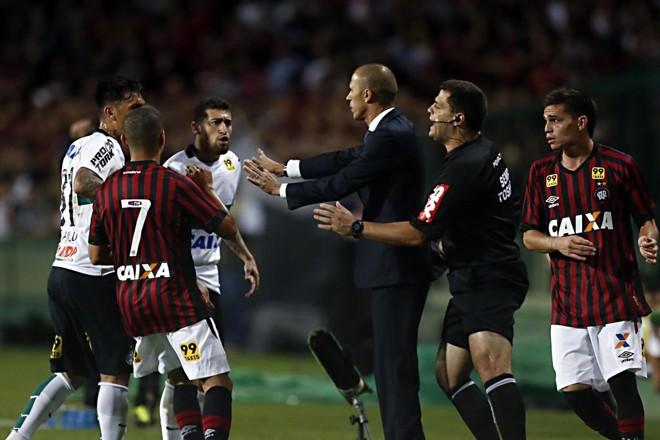 Paulinho e Hernández se desentendem e uma confusão se forma no banco de reservas do Atlético. | Albari Rosa/Gazeta do Povo