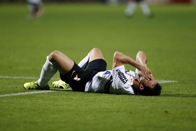Em uma arrancada, Kléber teve uma lesão muscular e foi substituído. | Albari Rosa/Gazeta do Povo