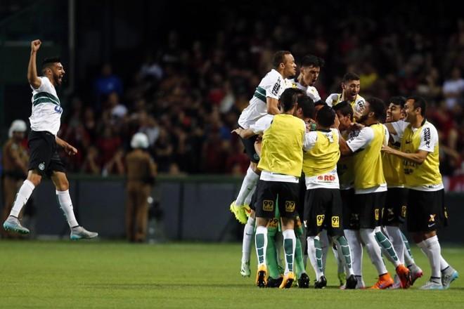 Jogadores do Coritiba comemoram o gol marcado por Henrique Almeida. | Albari Rosa/Gazeta do Povo