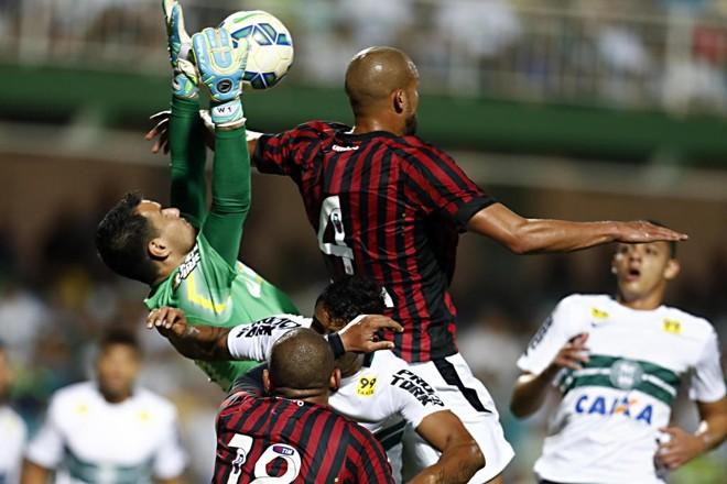 Atlético tenta chegar por cima, mas não passa pelo goleiro Wilson. | Albari Rosa/Gazeta do Povo