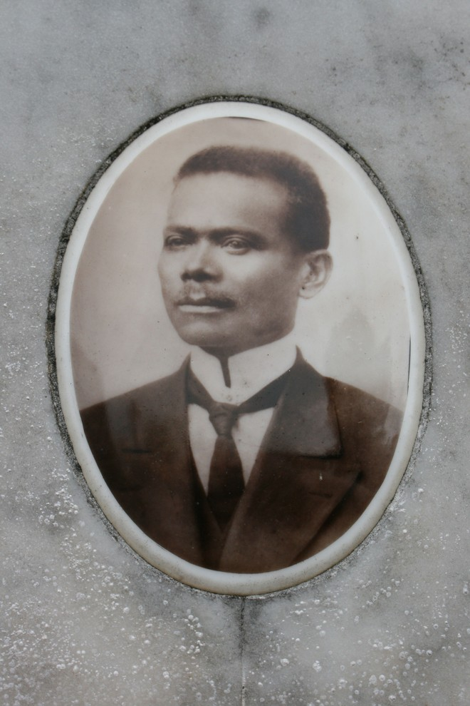 Vicente M. de Freitas retratado em sua lápide | Clarissa Grassa / Arquivo Pessoal