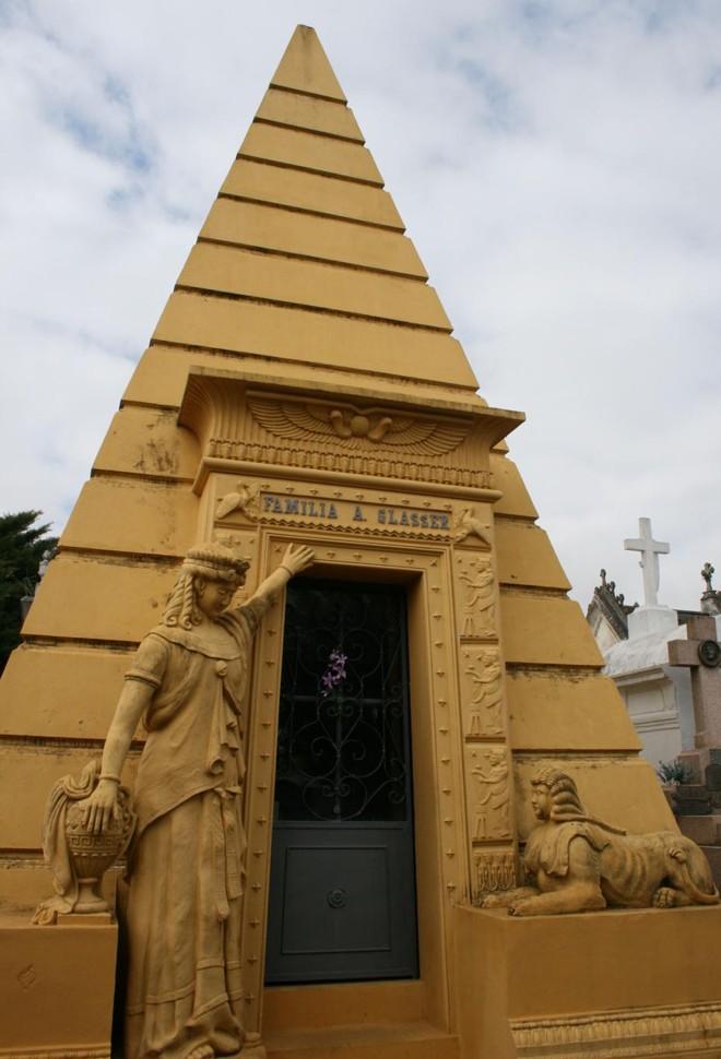 Grandioso e enigmático, túmulo no Cemitério Municipal S. Francisco de Paula desperta a curiosidade sobre seus significados   Clarissa Grassi/Arquivo pessoal