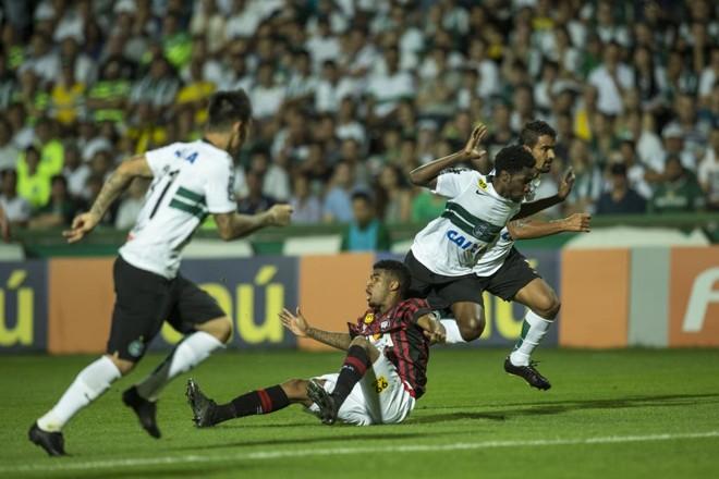Negueba tenta puxar contra-ataque para o Coritiba. | Marcelo Andrade/Gazeta do Povo