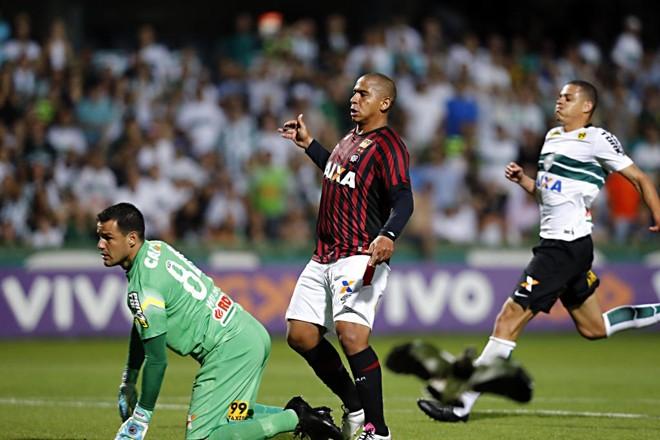 A bola passou raspando a trave do Coritiba. | Albari Rosa/Gazeta do Povo