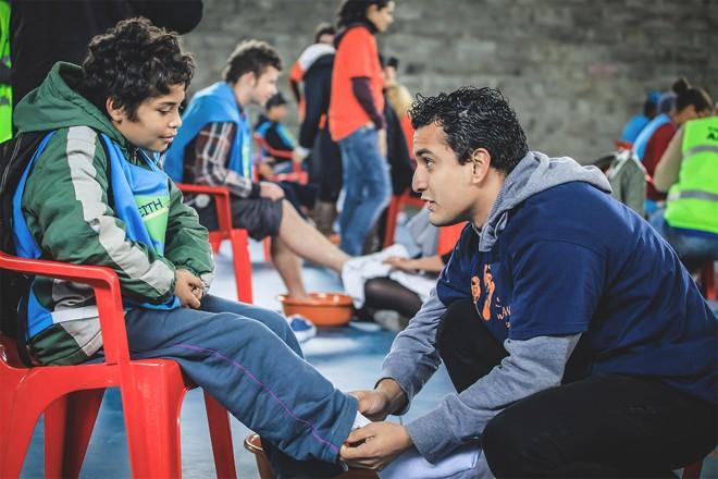 Além de doar calçados, voluntários lavam os pés das crianças e as encorajam a buscar seus sonhos. | RPDOIS Fotografia