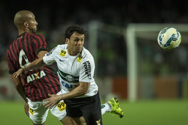 Kléber e Kadu disputam bola no Couto Pereira. | Marcelo Andrade/Gazeta do Povo