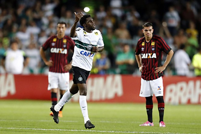 Walter perdeu, mas Negueba não desperdiçou e ampliou para o Coritiba. | Albari Rosa/Gazeta do Povo