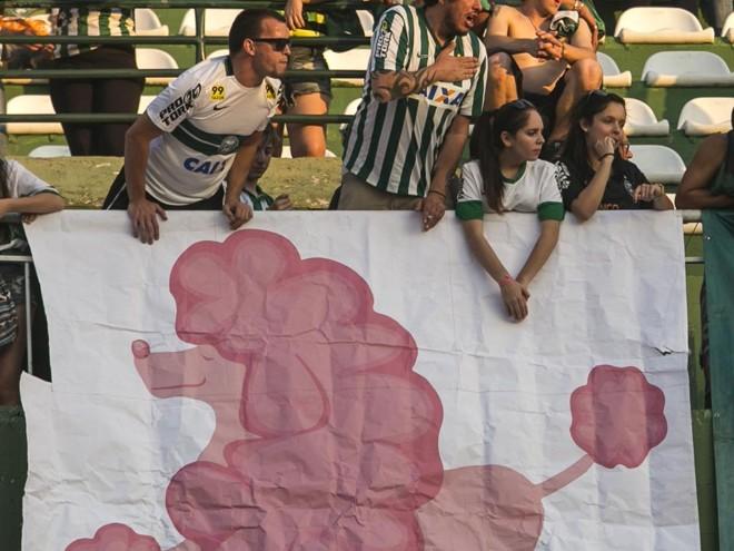 Torcida do Coritiba provoca o rival Atlético. | Marcelo Andrade/Gazeta do Povo