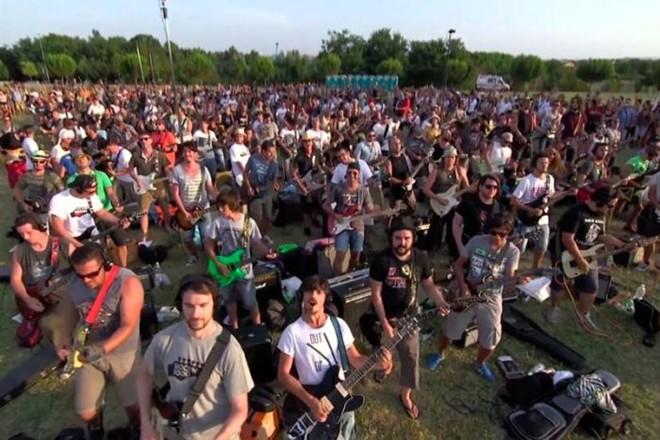 Mil fãs cantaram em um parque e convenceram a banda de Dave Grohl.   /