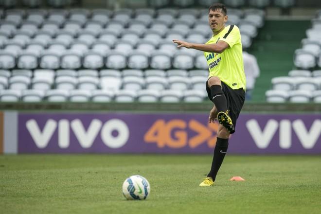 O volante Cáceres será escalado como titular contra o São Paulo com a missão de chegar ao ataque pelo lado direito do campo. | Marcelo Andrade/Gazeta do Povo