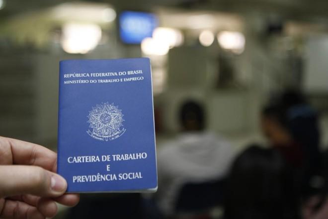 No acumulado dos últimos 12 meses, o país fechou 1,24 milhão de vagas   Aniele Nascimento/Gazeta do Povo