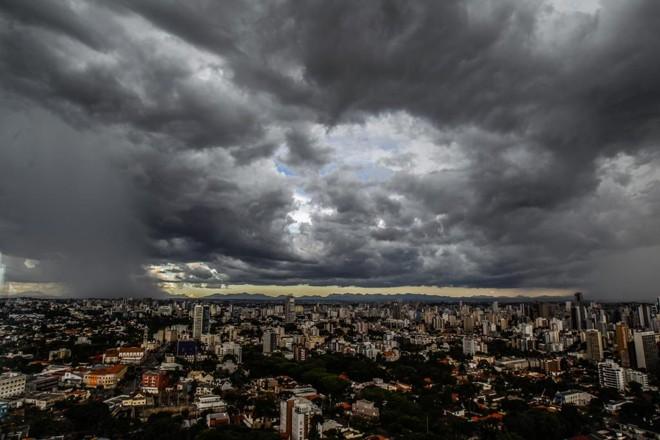 Nenhuma região do Paraná deve escapar da chuvarada que está prevista para o feriadão. | Daniel Castellano/Gazeta do Povo