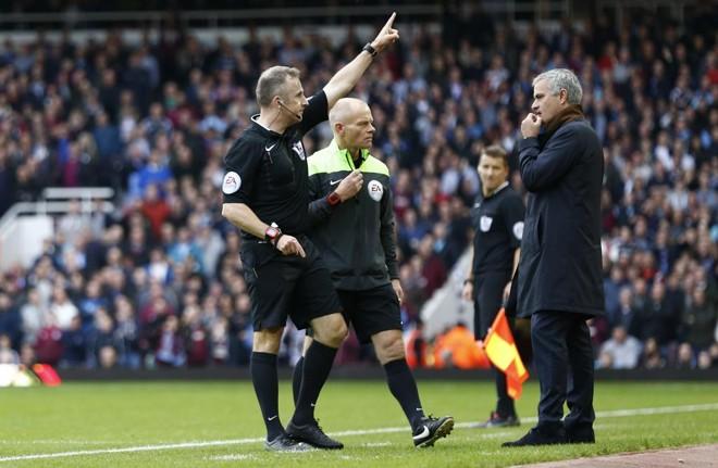 O técnico português José Mourinho é expulso de campo pelo árbitro na derrota para o West Ham.   Eddie Keogh/Reuters