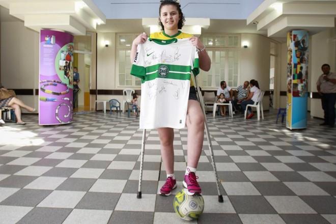 Luana posa com a camisa do time do coração,o Coritiba, no hospital Pequeno Príncipe   Daniel Castellano/Gazeta do Povo