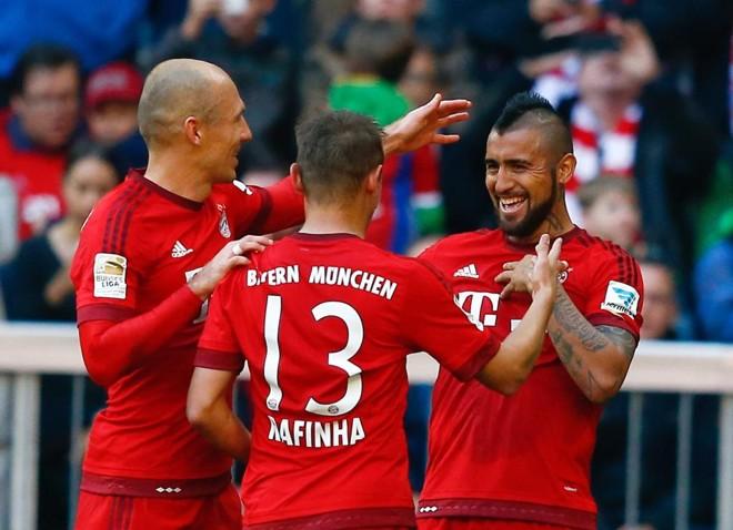 Robben, Rafinha e Vidal comemoram o gol do chileno contra o Colônia, o segundo do Bayern de Munique no triunfo por 4 a 0. | Michael Dalder/Reuters