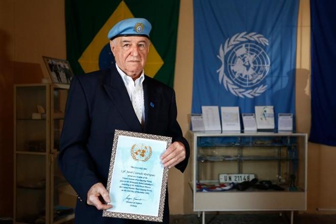 Jauri Conrado Rodrigues, 79 anos, mostra com orgulho o diploma do Nobel da Paz cuidadosamente emoldurado | Henry Milleo/Gazeta do Povo
