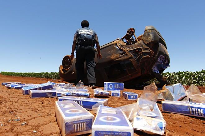 Carro com cigarro paraguaio capota durante perseguição da Receita Federal em estrada de terra a 20 quilômetros da fronteira | ALBARI ROSA/ALBARI ROSA