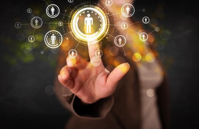 Ter uma rede de contatos se tornou importante para manter o emprego e ser promovido. | Bigstock
