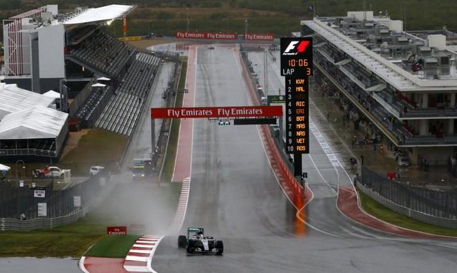 O britânico Lewis Hamilton dominou o terceiro treino livre e pode ficar com a pole, caso a chuva continue e impeça a sessão classificatória. | Mike Stone/Reuters