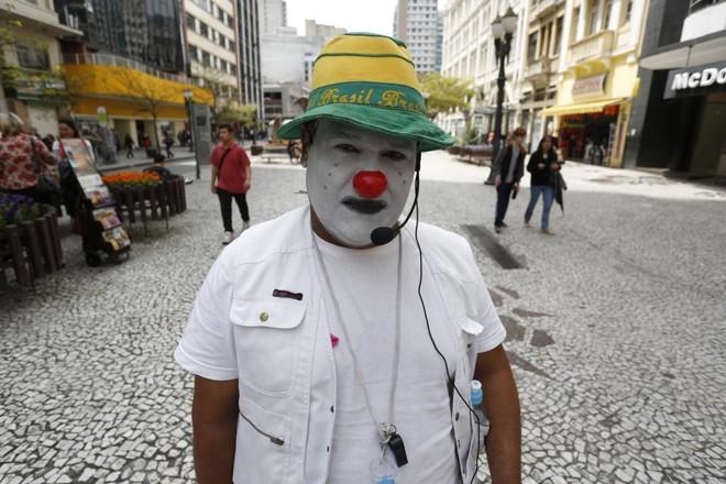 Carlos Teles trabalha na Rua XV há 28 anos.   Henry Milleo/Gazeta do Povo