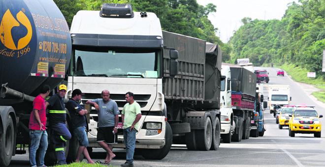 Caminhões no acostamento na Rodovia dos Minérios, na Grande Curitiba: protestos continuam. | Aniele Nascimento/Gazeta do Povo