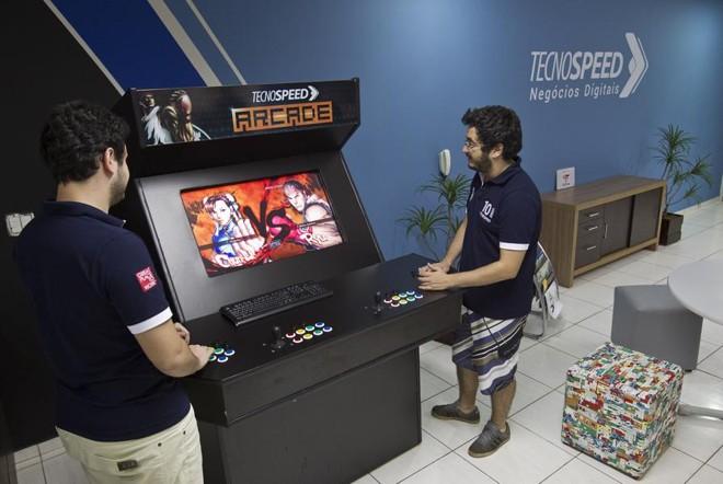 Máquina de Street Fighter instalada pela própria equipe da Tecnospeed: jogo ajuda a relaxar os cerca de 50 funcionários.   Jonathan Campos/Gazeta do Povo
