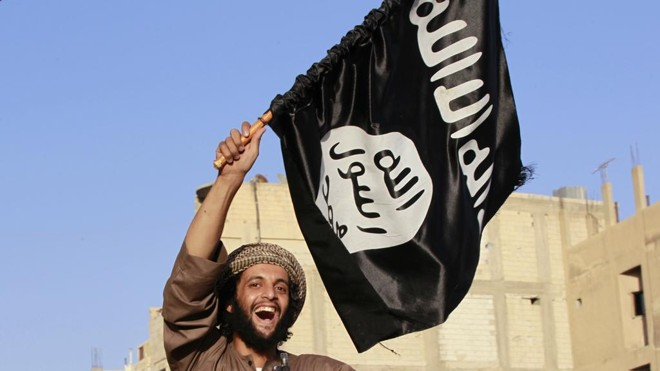 Militar segura bandeira do Estado Islâmico: movimento atrai jovens de comunidades muçulmanas empobrecidas que vivem na periferia das grandes cidades da Europa. | CK/KR/Sringer