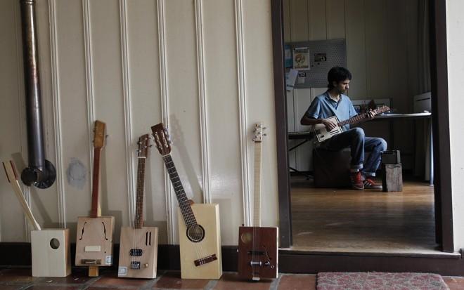 José Cechin aprendeu a fazer as guitarras de caixas de charuto assistindo a tutoriais na internet. | Jonathan Campos/Gazeta do Povo
