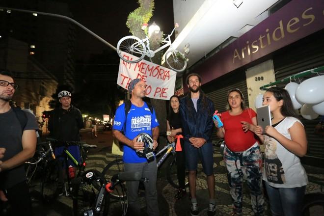 Danúbia Vieira Garcia (de vermelho), viúva de Thiago Pie , durante a homenagem ao ciclista   Pedro Serapio/Gazeta do Povo