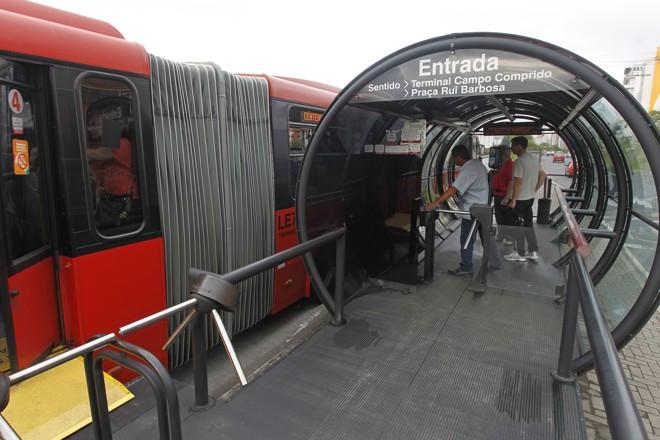 Cobradores reivindicam que banheiros sejam instalados junto a estações-tubo | Antônio More/Gazeta do Povo