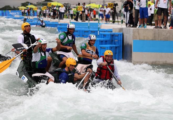Prefeito do Rio, Eduardo Paes (colete vermelho), participa da inauguração do circuito de canoagem da Olimpída. | Beth Santos/Prefeitura do Rio