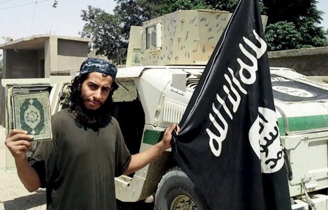 O belga Abdelhamid Abaaoud  na Síria. Homem, morto nesta quarta-feira, é apontado como mentor dos ataques na França | HANDOUT/REUTERS