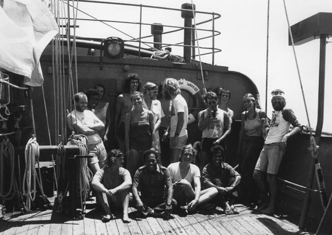 A tripulação da Rainbow Warrior I, que naufragou em 1985. A imagem foi tirada pelo fotógrafo português Fernando Pereira, que morreu no atentado ao barco. | Fernando Pereira/© Greenpeace / Fernando Pereira