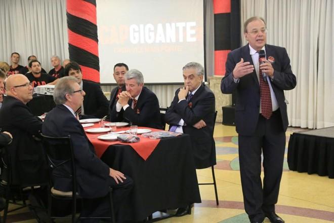 Sallim, candidado de Petraglia (de frente na mesa), representa o atual presidente na eleição do Atlético. | Pedro Serapio/Gazeta do Povo