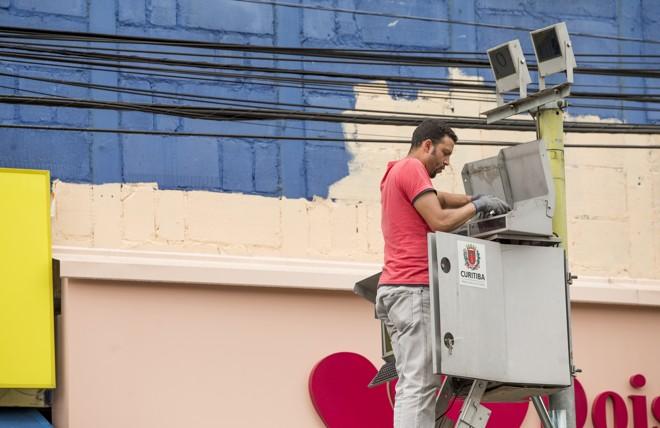 Funcionário da prefeitura instala radar na Área Calma.   Hugo Harada/Gazeta do Povo
