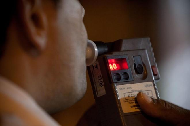 Por enquanto, o bafômetro mede apenas o nível de alcoolemia no sangue. | /