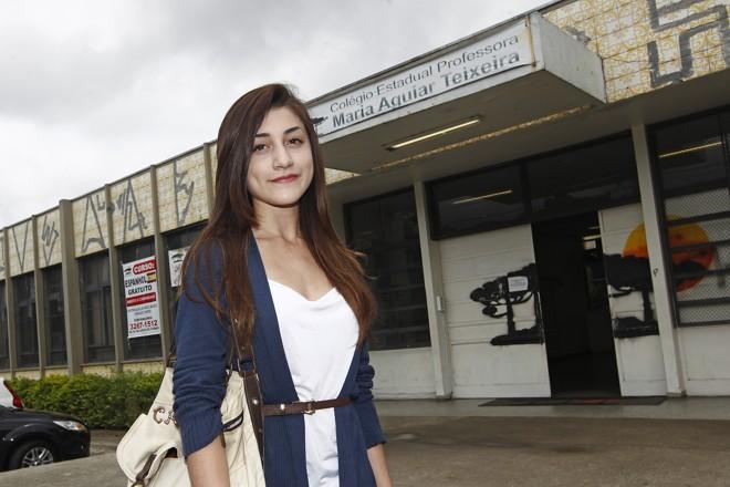 A estudante Ana Paula de Carvalho em frente à escola em que estuda, no Capão da Imbuia, em  Curitiba | Antônio More/Gazeta do Povo