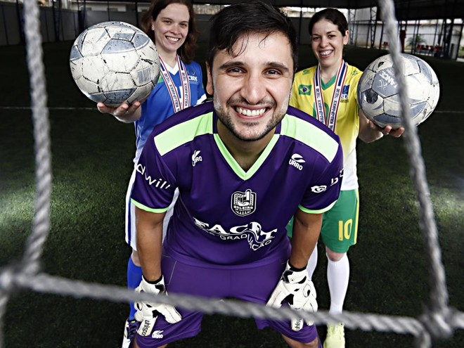 Samuel Toaldo com Josiane Poleski e Vanderléia Barbosa: Goleiro de Aluguel bancou seleção de surdas. | Albari Rosa/Gazeta do Povo
