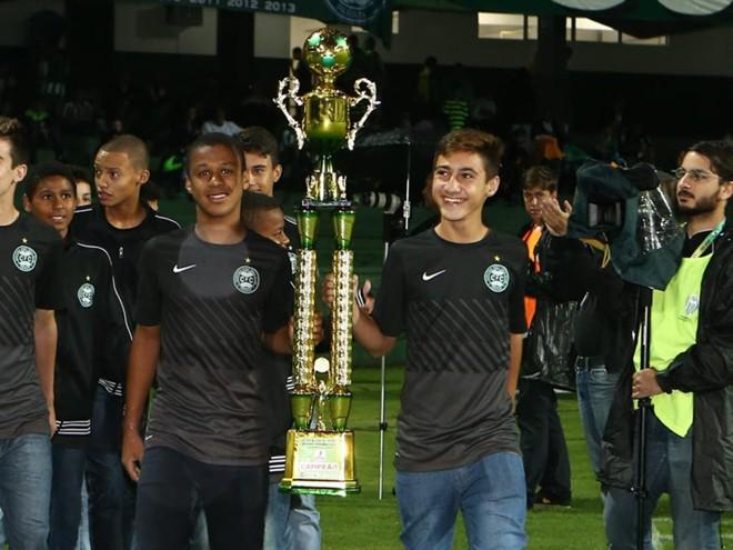 Vitinho, à esquerda, segurando troféu do Encontro de Futebol Infantil Pan-Americano. | Divulgação/Coritiba