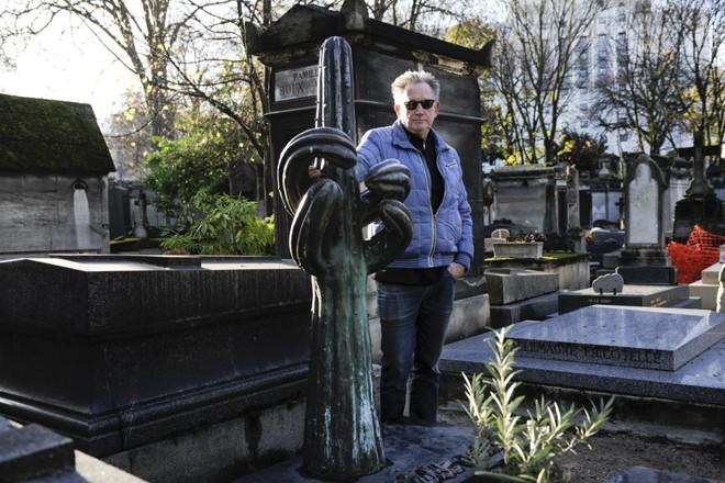 Benoit Delépine, cineasta francês, em frente ao cacto que marca seu futuro túmulo | CAPUCINE GRANIER-DEFERRE/NYT