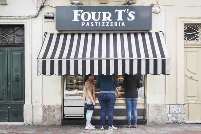 Consumidores em uma loja que vende os pastizzi em Paola, Malta | GIANNI CIPRIANO/NYT