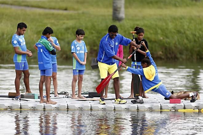 Crianças aprendem canoagem no Parque Náutico de Curitiba. | Albari Rosa/Gazeta do Povo